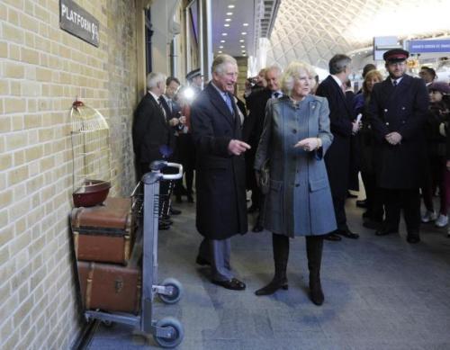 carlos-y-camilla-visitan-el-metro-de-londres