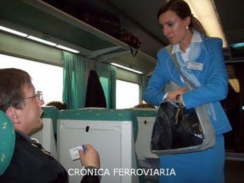 azafata-reparte-auriculares-cronica-ferroviaria