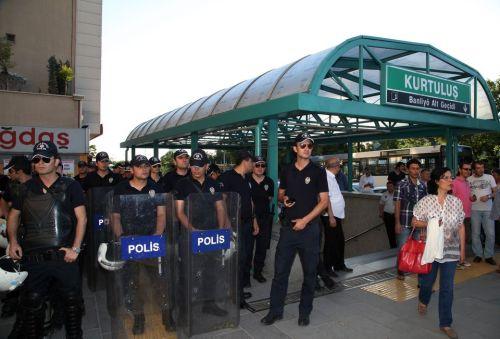 policias-turcos-contra-besos-metro-ankara