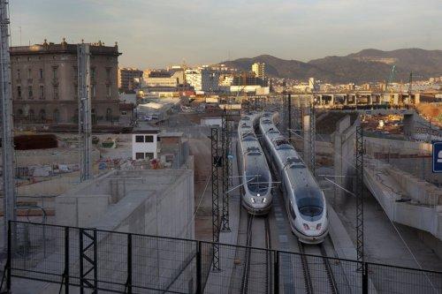 Dos-trenes-AVE-en-pruebas-tramo-catalan
