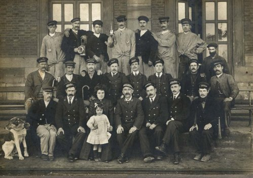 Plantilla completa de la estación de del Norte Avilés, incluyendo una taquillera. Anónimo. 1915.