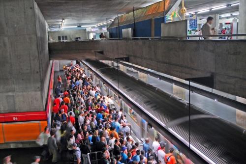 pasajeros-esperan-llegada-trenes-sao-paulo