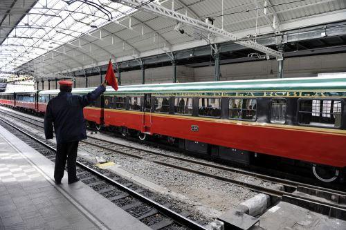 el-jefe-de-estacion-da-la-salida-al-tren-el-expreso-de-la-robla-en-la-concordia