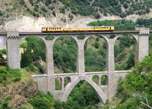 tren-amarillo-viaducto-Pont Séjourné