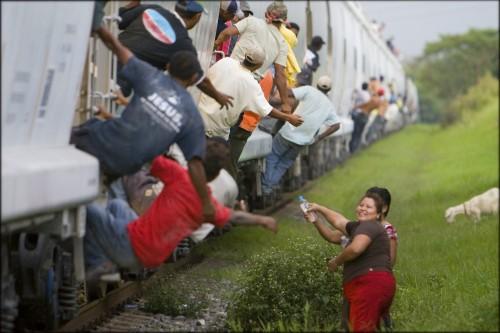 patronas-alimentan-inmigrantes-la-bestia