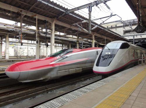 dos-trenes-shinkansen-E6-E3-japon