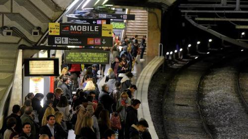 pasajeros-anden-plaza-espanya-anuncio-mobile