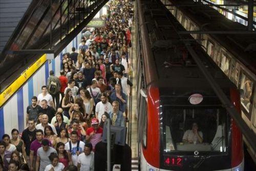 viajeros-estacion-metro-ciutadella-vila-olimpica