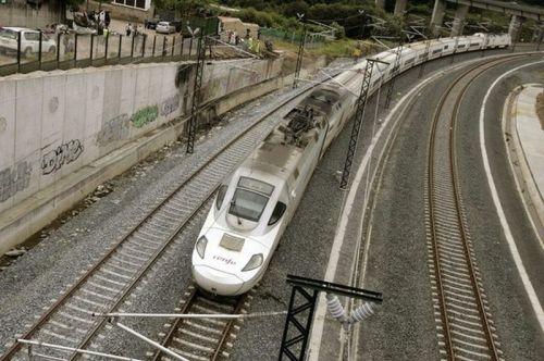 tren-alvia-circula-curva-angrois